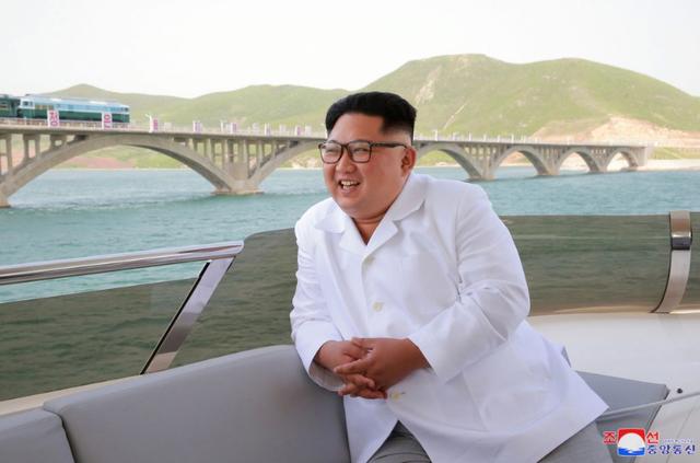 Nhà lãnh đạo Triều Tiên quan sát cây cầu đường sắt từ trên thuyền.