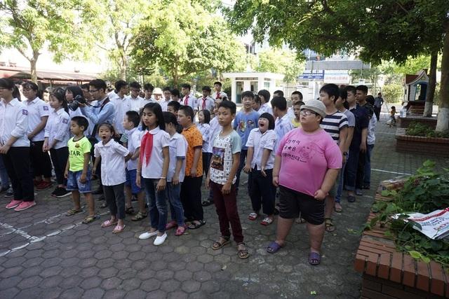 Lễ bế giảng của trường THCS Hy Vọng sáng nay có sự tham dự của các em học sinh trường THCS Gia Thụy, các em đã dùng số tiền liên hoan cuối năm để mua quà và đến chia sẻ với các bạn học sinh kém may mắn hơn.