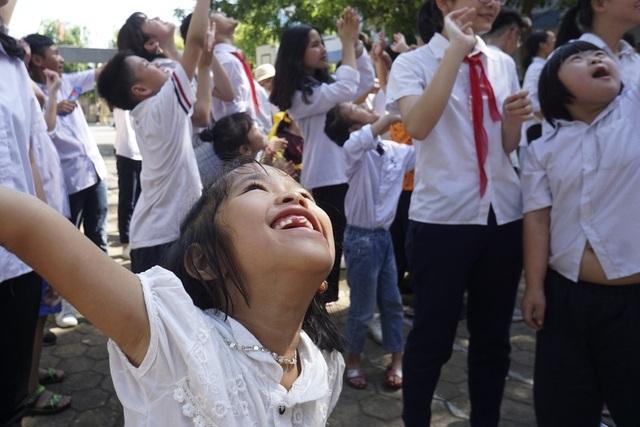Một học sinh tràn đầy niềm vui trong ngày bế giảng.