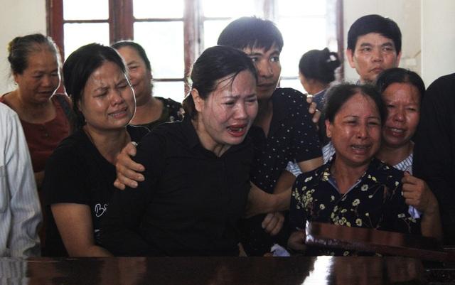 Chị Trần Hải Yến, vợ lái tàu Nguyễn Thế Hùng đau đớn tận cùng khi người chồng của mình đã ra đi mãi mãi.