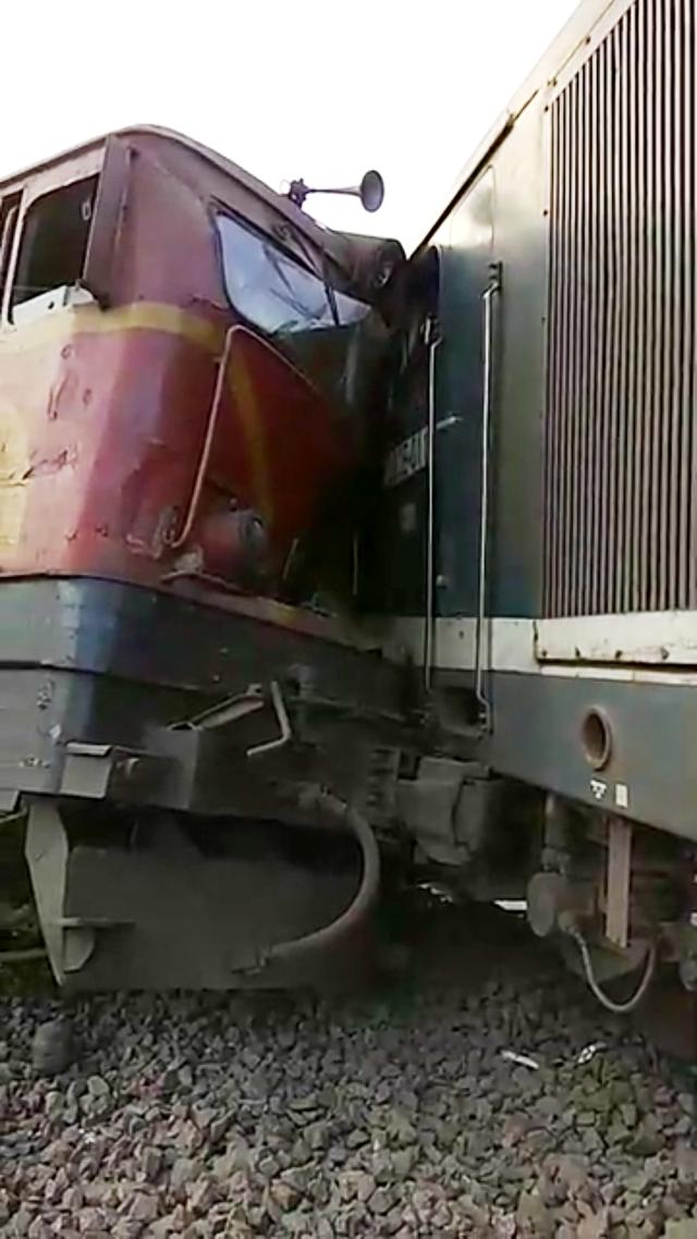 Đầu tàu đâm vào một toa tàu