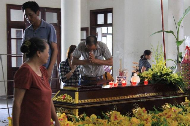 Mẹ lái tàu Nguyễn Thế Hùng đứng không nổi trong tang lễ của con - 7