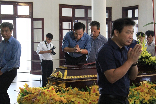 Mẹ lái tàu Nguyễn Thế Hùng đứng không nổi trong tang lễ của con - 6