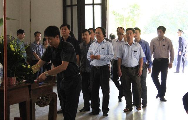 Ông Nguyễn Tá Tùng - Tổng Giám đốc tổng Công ty Đường sắt Việt Nam tới tiễn biệt lái tàu Nguyễn Thế Hùng