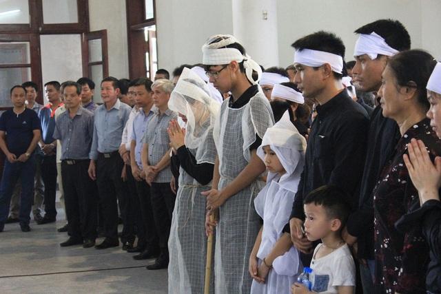 Rất nhiều người lo lắng cho tương lai của hai con anh Hùng, một cháu vừa học hết lớp 3, một cháu vừa học hết lớp 11, tới đây sẽ thi đại học.