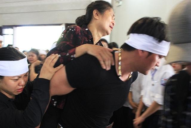 Trong gần cuối buổi lễ tang, bà Hà Thị Nhinh - mẹ của anh Hùng không trụ nổi, được người thân cõng ra ngoài nằm nghỉ. Vụ tai nạn để lại nỗi đau quá lớn mà bà Nhinh cùng gia đình phải chịu đựng...