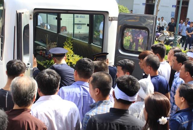 Đến khoảng hơn 9h, linh cữu anh Nguyễn Thế Hùng được di chuyển lên xe tang.