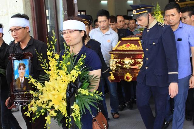 Mẹ lái tàu Nguyễn Thế Hùng đứng không nổi trong tang lễ của con - 14