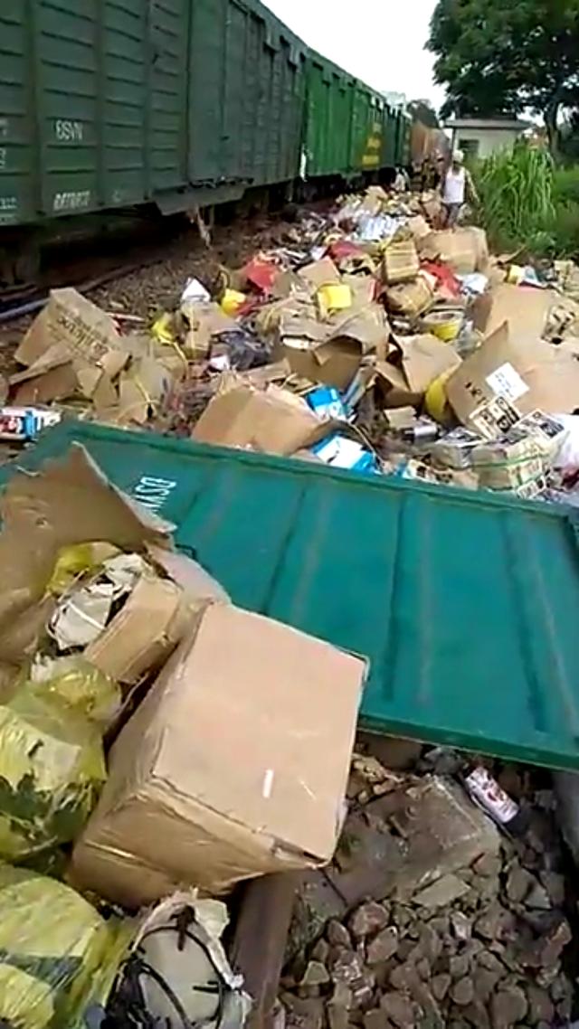 Hàng hóa văng ra khỏi các toa tàu