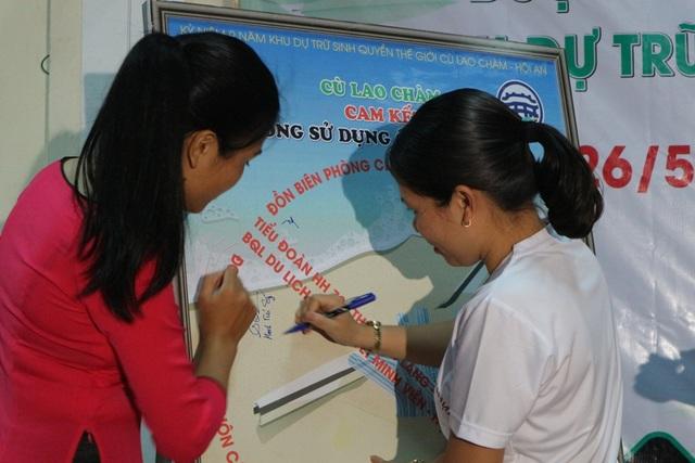 Đại diện cho các tổ chức, đoàn thể, trường học, nhân dân… ký cam kết nói không với sử dụng ống hút nhựa
