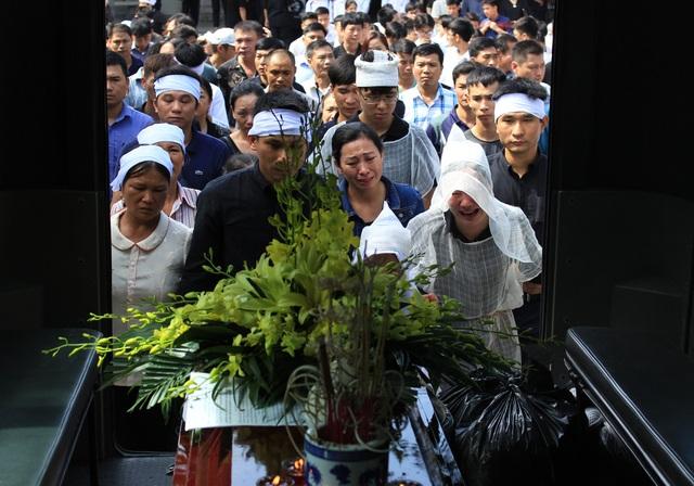 Người thân cùng nhiều bạn bè, đồng nghiệp lái tàu Nguyễn Thế Hùng đau xót đi theo tiễn biệt anh.