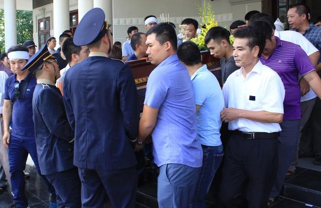 Mẹ lái tàu Nguyễn Thế Hùng đứng không nổi trong tang lễ của con - 15