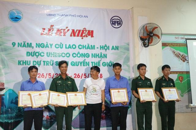 Trao giấy khen cho các tổ chức, cá nhân đã có công trong việc góp phần bảo tồn loài rùa biển tại Cù Lao Chàm
