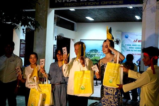 Trong đêm kỷ niệm cũng đã diễn ra nhiều hoạt động vui chơi hô hát bài chòi phục vụ người dân, du khách