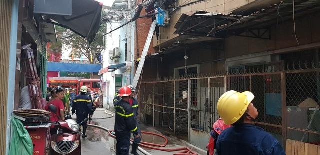 Lực lượng PCCC cứu 2 nạn nhân ra ngoài an toàn