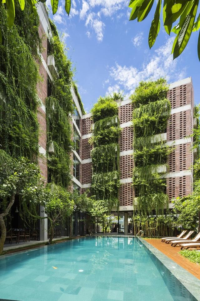 Điểm nhấn trong thiết kế khách sạn là lớp lớp những cây xanh bao phủ ở ban công mặt tiền, dọc theo hành lang và trên mái khách sạn. Màu xanh mát của những tầng cây dây leo mang đến cho không gian nơi đây bầu không khí trong lành, thoáng đãng, tự nhiên.