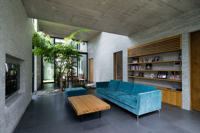 Vườn cây đặt xen kẽ giữa các không gian, lệch nhau theo phương đứng, kết hợp việc thiết kế các gian phòng với hai mặt là cửa kính trượt. Ý tưởng này không những giúp cải thiện vi khí hậu, vừa tạo cảm giác rộng rãi, mà còn tăng sự tương tác giữa các thành viên trong gia đình. Phòng khách, phòng ăn, phòng ngủ, phòng học là những khoảng mở liên tục. Từ một gian phòng, bạn có thể phóng tầm mắt đến các phòng khác xuyên qua những khoảng vườn xanh mướt, trò chuyện cùng nhau.