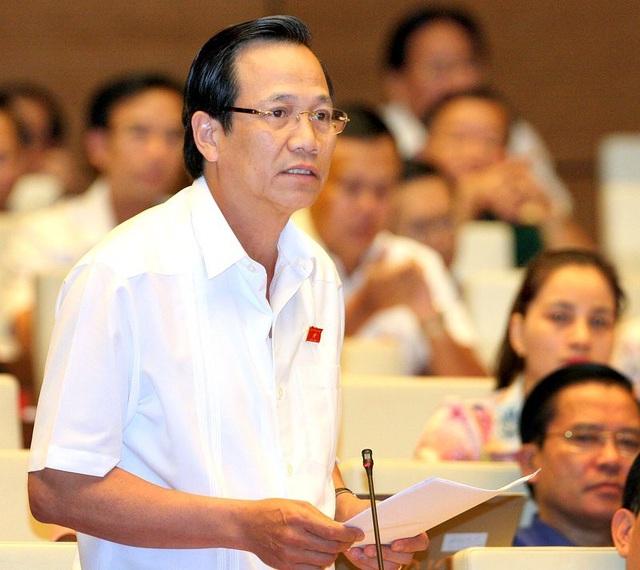 Bộ trưởng Đào Ngọc Dung phát biểu tại Phiên thảo luận của Quốc hội.