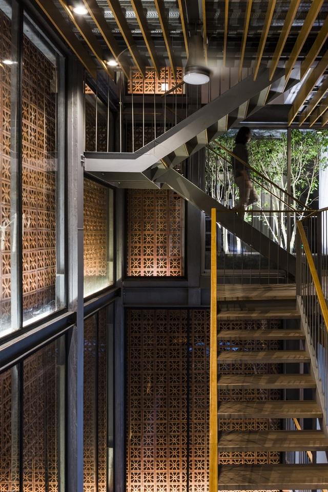 Khi bước vào công trình, mọi người sẽ được chào đón với một không gian thông tầng lớn. Các không gian trưng bày sản phẩm được bố trí xung quanh không gian thông tầng này cho phép mọi người có thể quan sát được các sản phẩm trưng bày một cách dễ dàng từ cầu thang trung tâm.