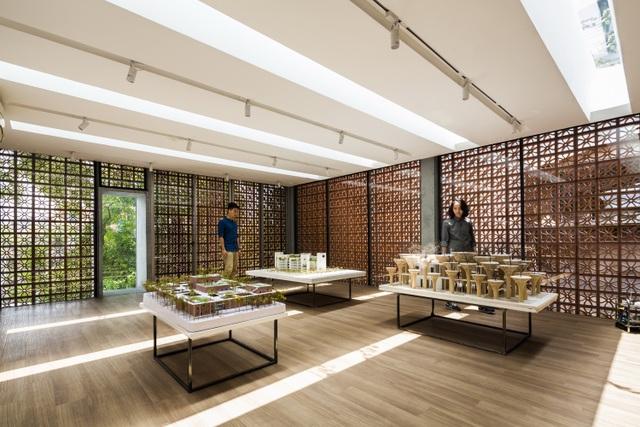Nằm tại quận Đống Đa, Hà Nội nhà trưng bày và triển lãm Nanoco vừa được xây dựng bằng việc sử dụng gạch bông gió từ đất nung tạo nên một mặt tiền đơn giản tương tác với cảnh quan xung quanh công trình.