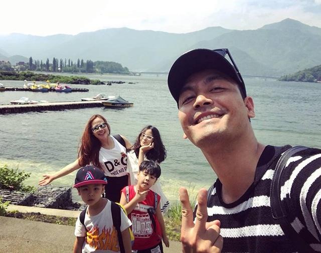 MC Phan Anh và cả nhà đang có kỳ nghỉ hè ở Nhật Bản. Nam MC hài hước bình luận: Cả nhà trốn học đi chơi.