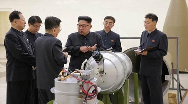 Ông Kim Jong-un trong một lần hướng dẫn về hoạt động sản xuất hạt nhân hồi tháng 9-2017. Ảnh: AP