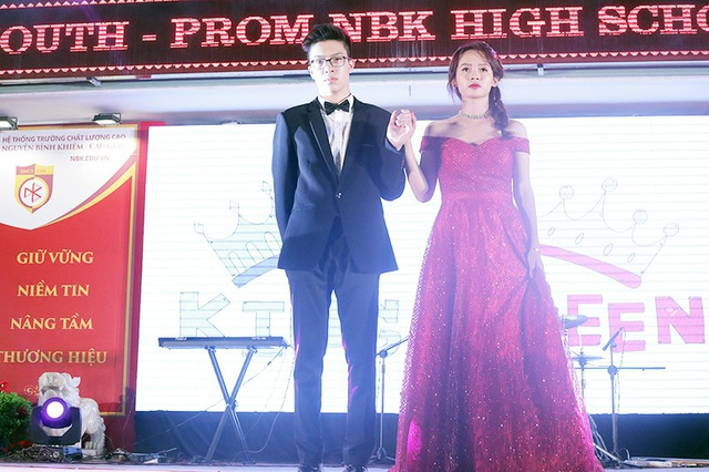 Cặp đôi Lê Quốc Bình và Phạm Thúy Uyên sánh bước trong trang phục dạ hội. Với số lượt bình chọn trên trang mạng xã hội của trường, cặp đôi đã giành ngôi vị King và Queen của đêm dạ hội tối 25/5 vừa qua