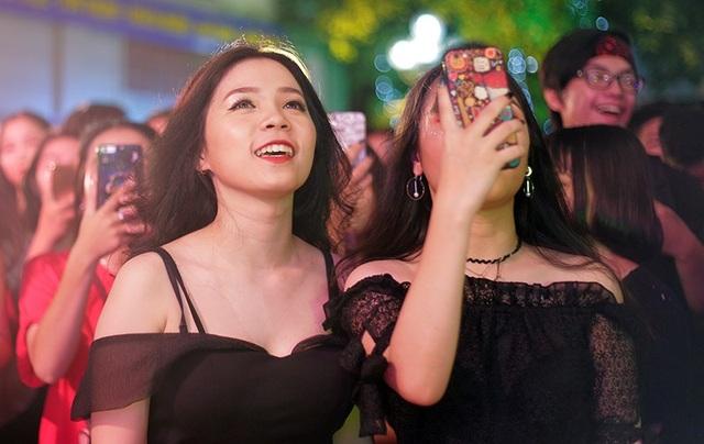 Những nữ sinh xinh đẹp, nổi bật say sưa hòa nhịp cùng những màn trình diễn trên sân khấu.