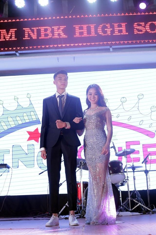 Đôi bạn Nguyễn Hoàng Hải và Nguyễn Ngọc Anh lên sân khấu trong trang phục lấp lánh, lộng lẫy