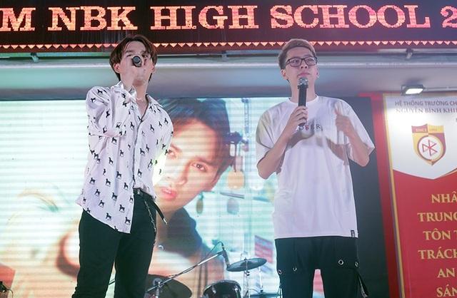 Rapper Osad và ca sĩ Nguyễn Trần Trung Quân bất ngờ kết hợp và gửi tặng các học sinh của THPT Nguyễn Bỉnh Khiêm những ca khúc ngọt ngào