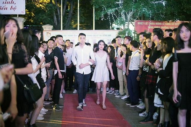 """Tại đêm dạ hội, các cặp đôi """"trai xinh, gái đẹp"""" đã cùng nhau sải những bước catwalk vô cùng tự tin giữa sự cổ vũ của đông đảo bạn bè toàn trường"""