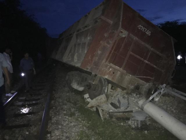 Một trong số các toa tàu bị đứt, trật khỏi đường ray, lật nghiêng.
