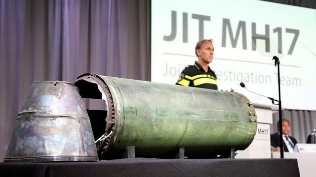 Một mảnh vỡ tên lửa bị nghi bắn rơi MH17 được trưng bày trong cuộc họp báo tại Hà Lan ngày 24/5 (Ảnh: Reuters)