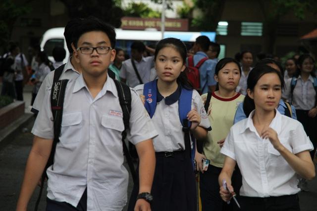 Các thí sinh thi vào lớp 10 trường Phổ thông Năng khiếu (ĐH Quốc gia TPHCM) sau buổi thi môn tiếng Anh chiều nay (26/5)