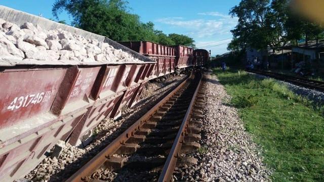 Ô tô tải chết máy trên đường sắt, bị tàu hất văng cả chục mét - 4
