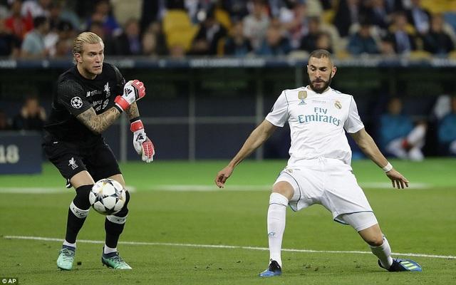 Karius ném thẳng bóng vào chân của Benzema, giúp Real Madrid mở tỷ số