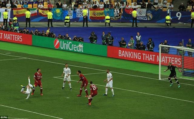 Hàng thủ Liverpool ngỡ ngàng trước phút lóe sáng của Bale