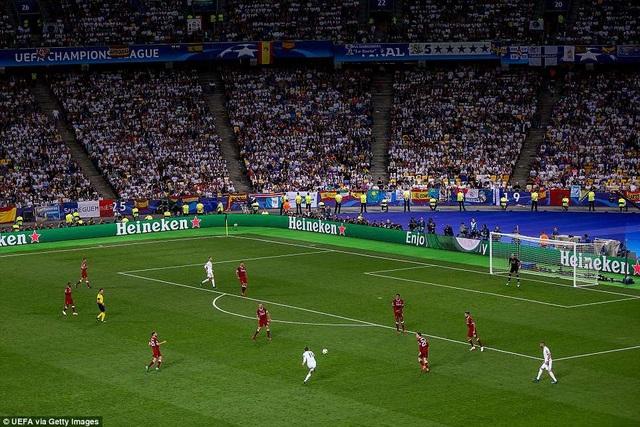 Pha dứt điểm bằng mu bàn chân của Bale ở bên ngoài vòng cấm