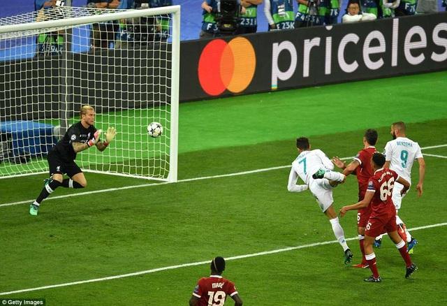 Trọng tài thổi phạt việt vị C.Ronaldo khi cầu thủ người Bồ Đào Nha thực hiện cú đánh đầu