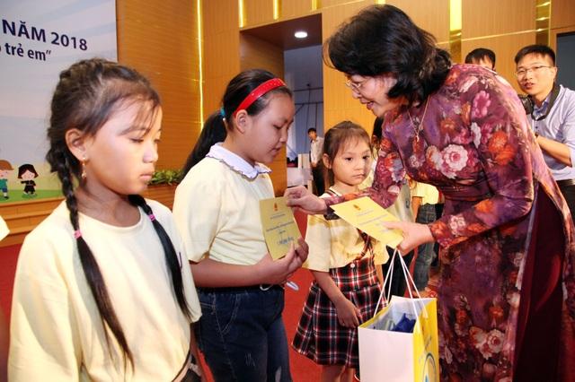 Phó Chủ tịch nước Đặng Thị Ngọc Thịnh trao quà tới các cháu thiếu nhi. (Ảnh: A.T)