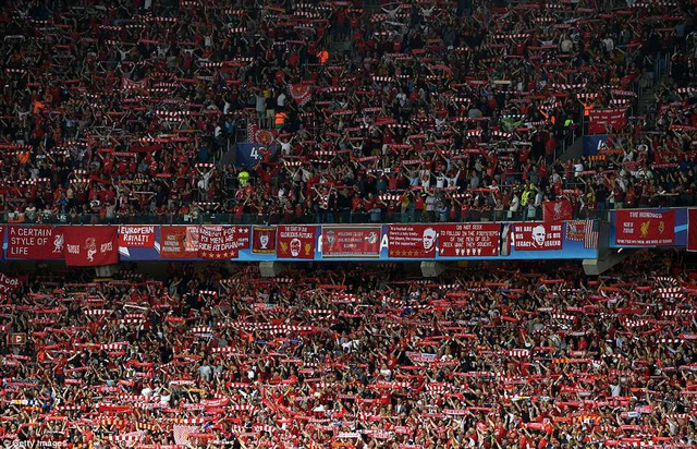 Cổ động viên Liverpool nhuộm đỏ sân Olympiyskiy (Kiev)