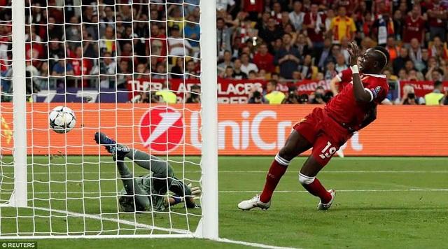 Phút 55, Mane gỡ hòa cho Liverpool sau pha dứt điểm nối chính xác
