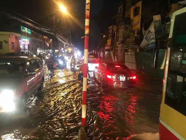 Phố phường Hà Nội bì bõm sau cơn mưa chiều cuối tuần - 13