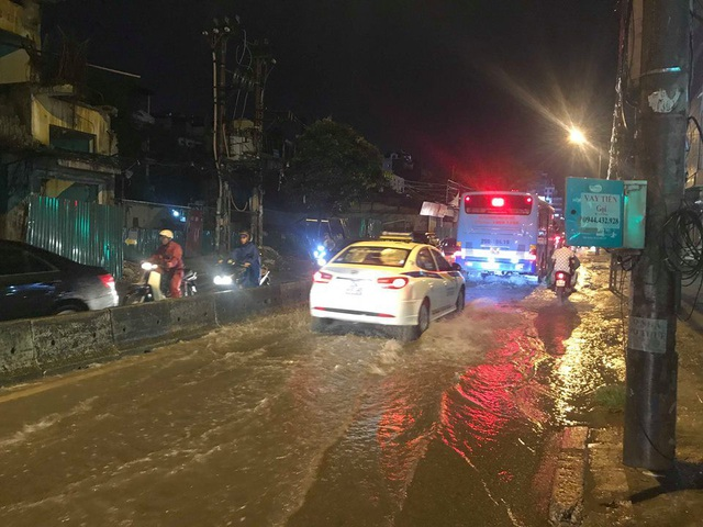 Đến khoảng 20h tối nay, đường Trường Chinh nước đã rút xong các phương tiện di chuyển qua đây vẫn gặp rất nhiều khó khăn.