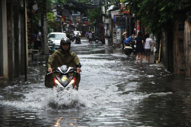 Phố Nguyễn Chính (Hoàng Mai) ngập sâu, nước dâng cao ngập gần hết bánh xe máy.