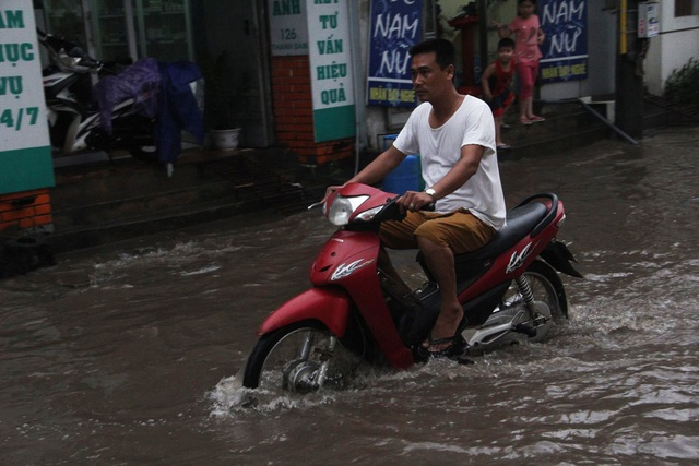 Phố phường Hà Nội bì bõm sau cơn mưa chiều cuối tuần - 4