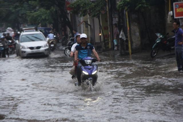 Nhiều người bất chấp vẫn lao xe máy qua dòng nước dâng cao.