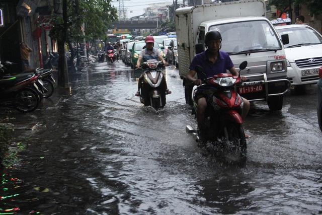 Phố phường Hà Nội bì bõm sau cơn mưa chiều cuối tuần - 6