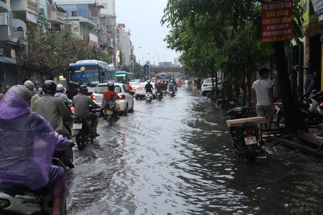Phố phường Hà Nội bì bõm sau cơn mưa chiều cuối tuần - 7