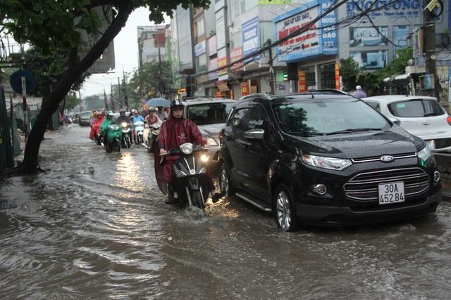 Phố phường Hà Nội bì bõm sau cơn mưa chiều cuối tuần - 10